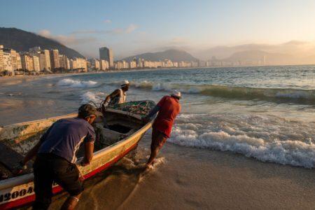 Pescadores da Colônia de Pescadores do Posto 6 em copacabana indo pescar cedo