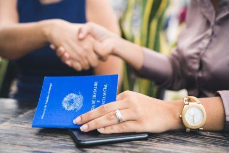 Mãos e carteira de trabalho