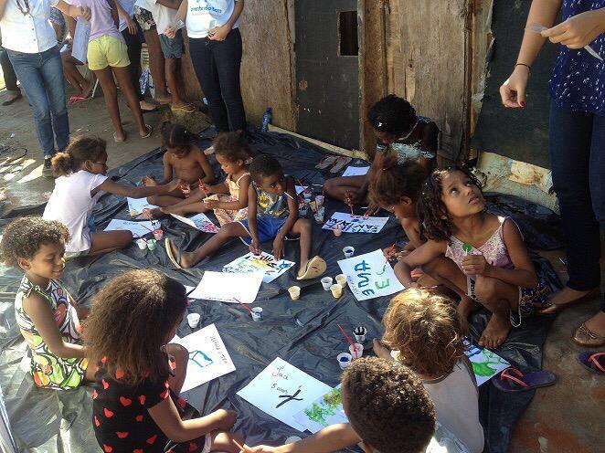 crianças no Projeto AArte Salva