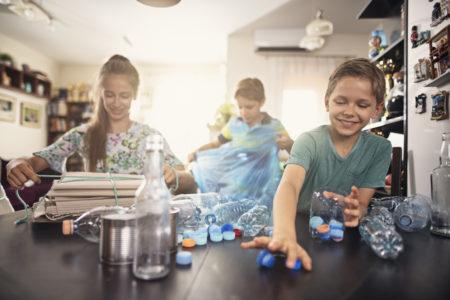 crianças reciclando o lixo de casa
