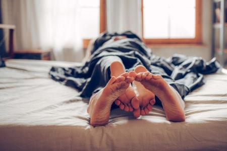 casal transando na cama