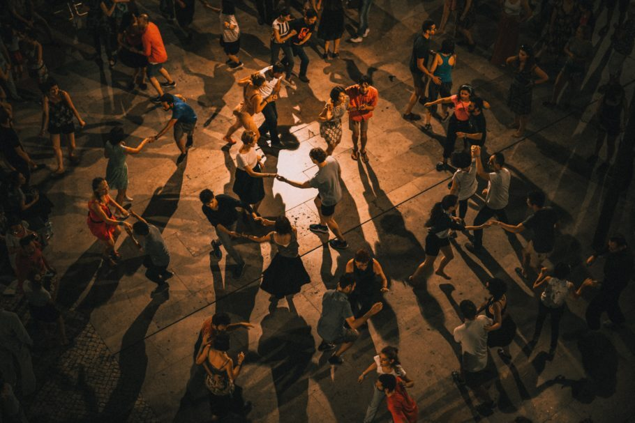 várias pessoas dançando no salão