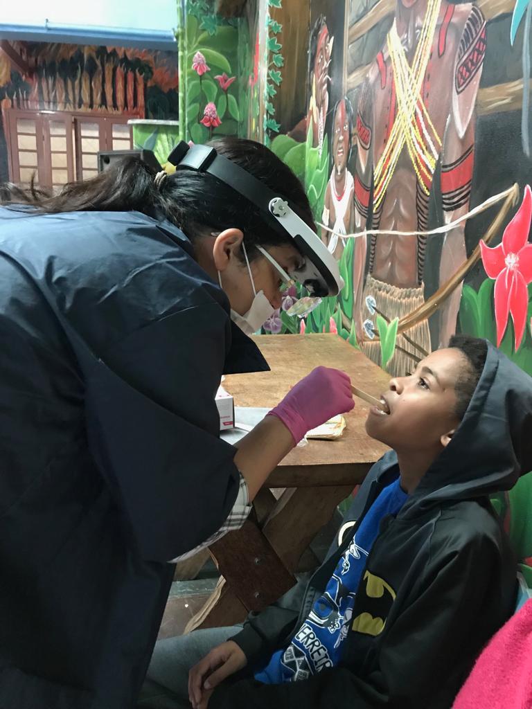 voluntária da turma do bem com criança