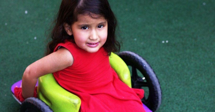 menina na cadeira de rodas