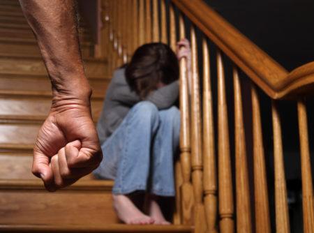 violencia infantil: pai ameaçando filha com o punho fechado