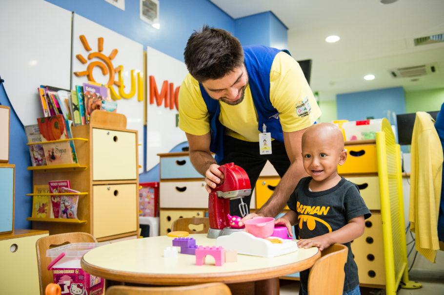 voluntário e criança