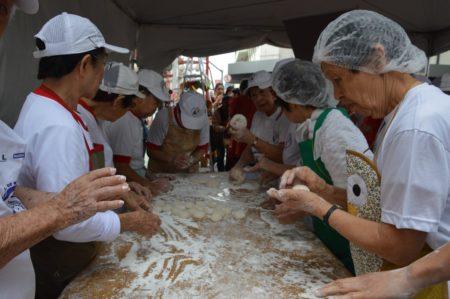 produção do moti bolinho da prosperidade distribuído no festival de ano novo na liberdade