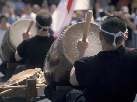 apresentação de taikô no festival de ano novo na liberdade