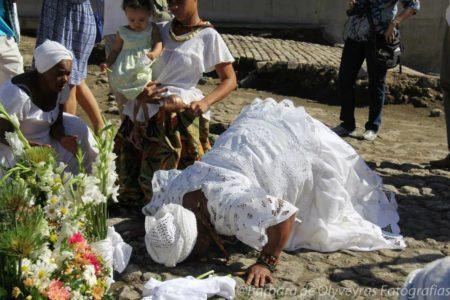baiana beijando o chão em cerimônia de religião afro cultura negra rio