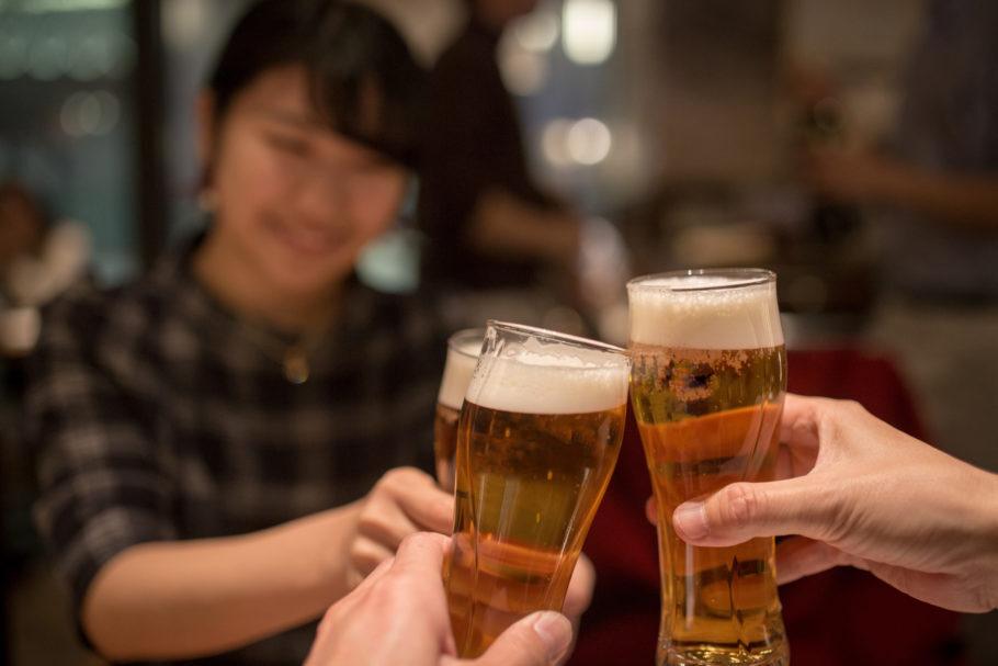 pessoas tomando cerveja