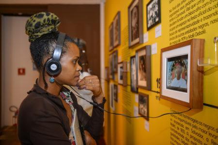 mulher na mostra Àse - Poéticas de Empoderamento que fala sobre cultura afro-brasileira