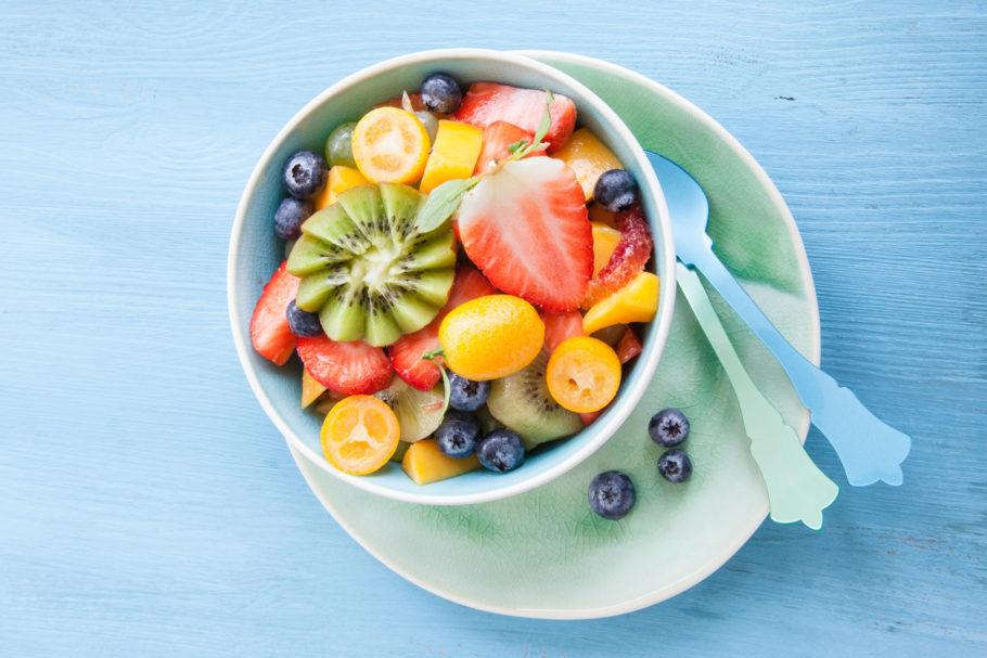 variedade de frutas em um bowl