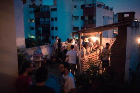 pessoas no terraço do fatiado discos um dos rolês da pompeia