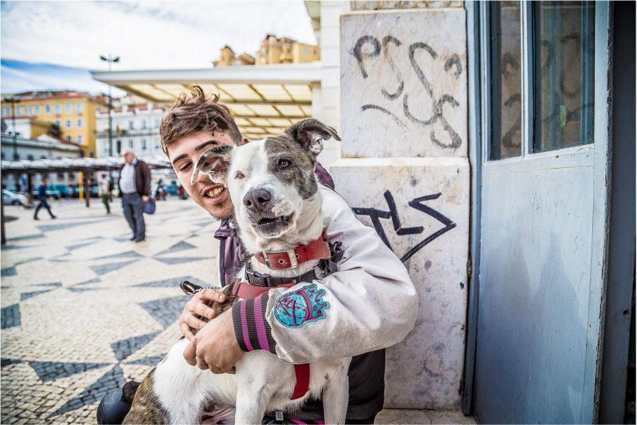 """Exposição """"Moradores de Rua e Seus Cães"""" no Shopping Parque da Cidade"""
