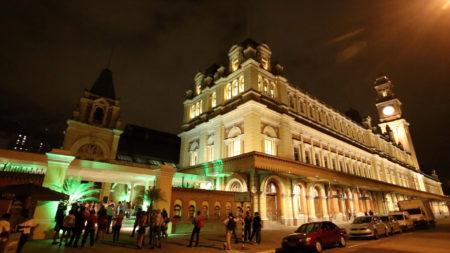 fachada do museu da língua portuguesa à noite