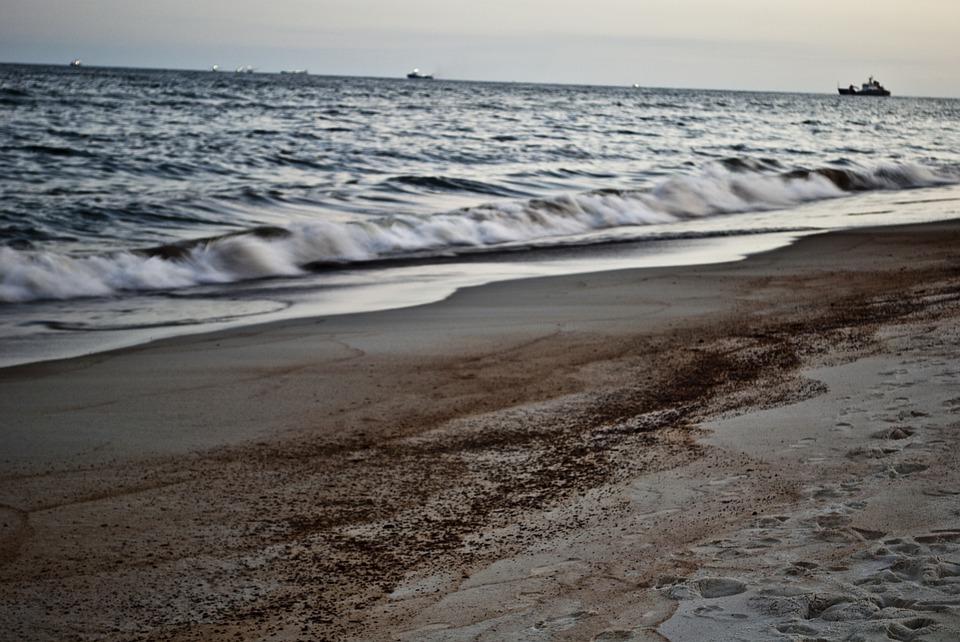 Mancha de óleo vista no litoral de Maragogi, em Pernambuco