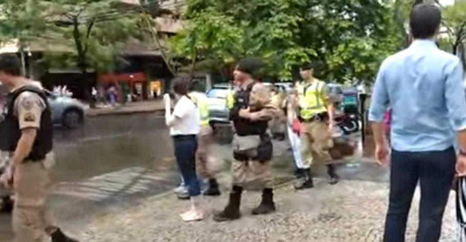 policiais abordando mulher