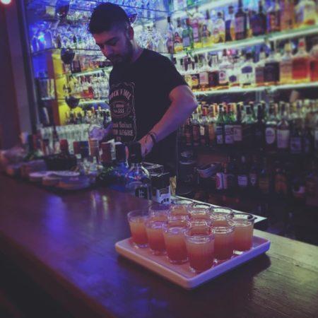 barman faz drinks no rock'n'soul de porto alegre