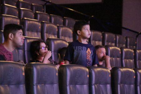 crianças autistas assistem filme em sala adaptada na Sessão azul