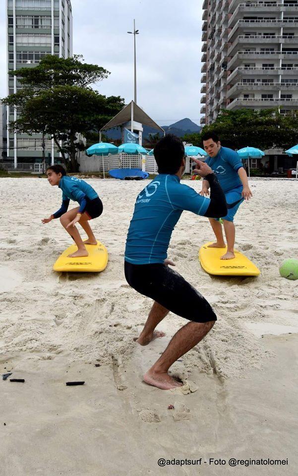 Aula de surf de graça promovida pela Adaptasurf