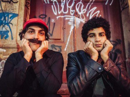 O ator e cantor Pablo Paleologo dá vida ao cantor cearense, enquanto o ator Bruno Suzano interpreta o Cidadão Comum, personagem recorrente nas canções de Belchior e de alguma forma seu alter ego