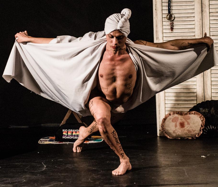 silvero pereira homenageia mulheres trans e travestis no espetáculo br trans