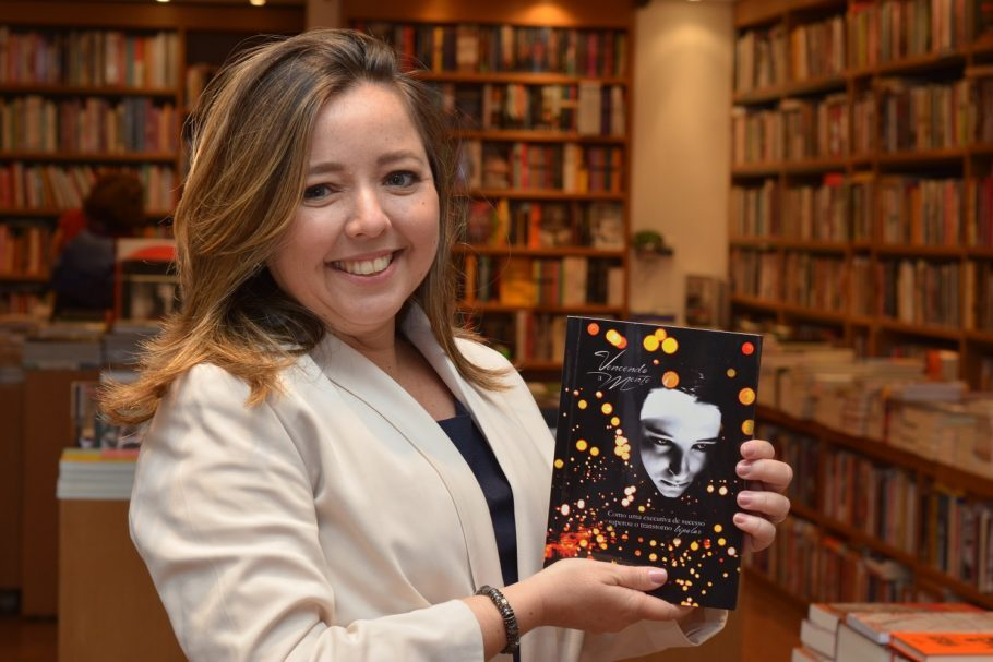 dyene galantini com seu livro em mãos