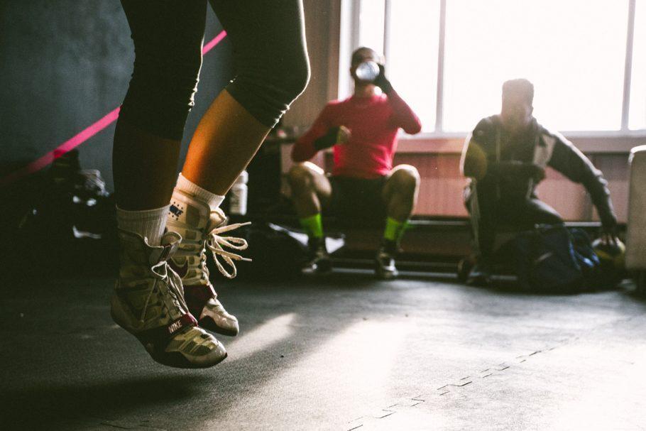 mulher na academia se exercitando