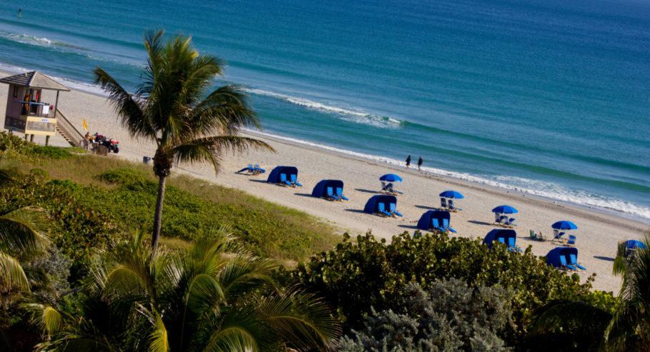 Que tal passar o dia nas cabanas da praia de Delray Beach?