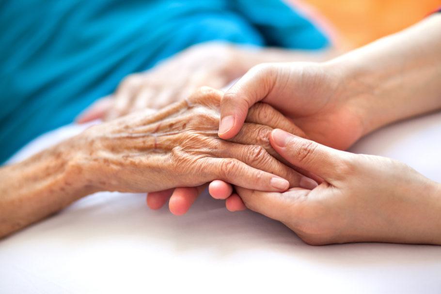 mãos de uma pessoa idosa