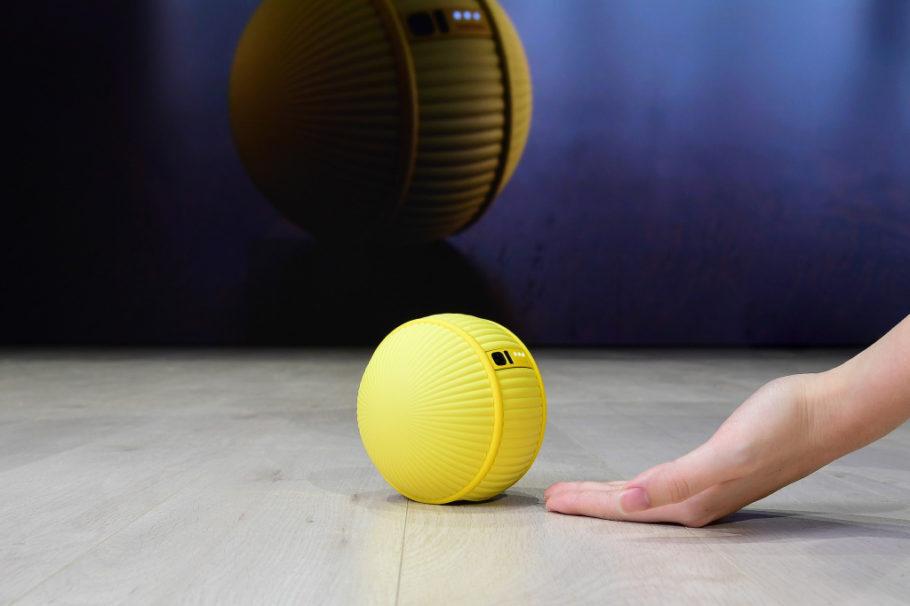 robô amarelo e formato de bola de tênis