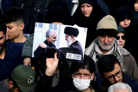 Manifestante faz homenagem a Qassem Soleimani nas ruas de Teerã