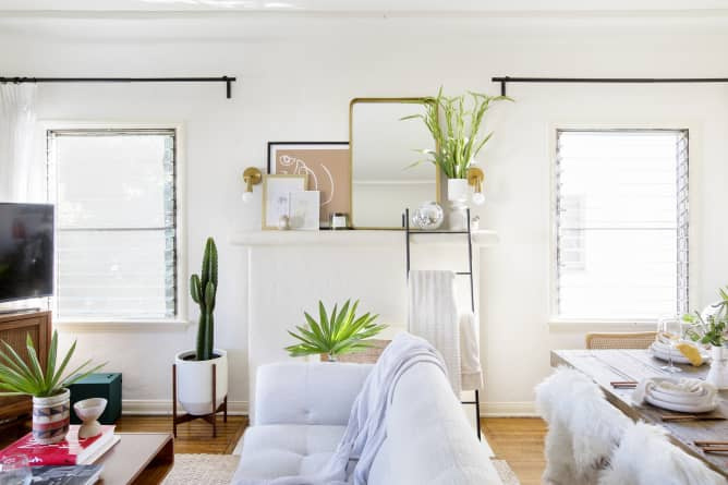 sala pequena decorada com móveis brancos