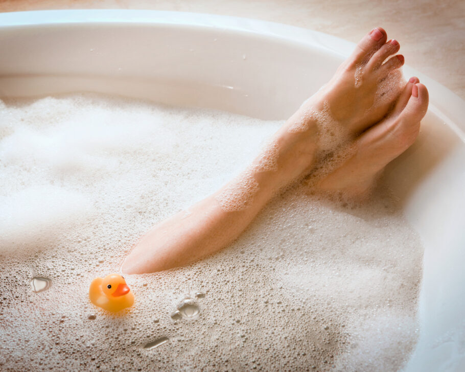 pés de uma mulher mergulhada em uma banheira