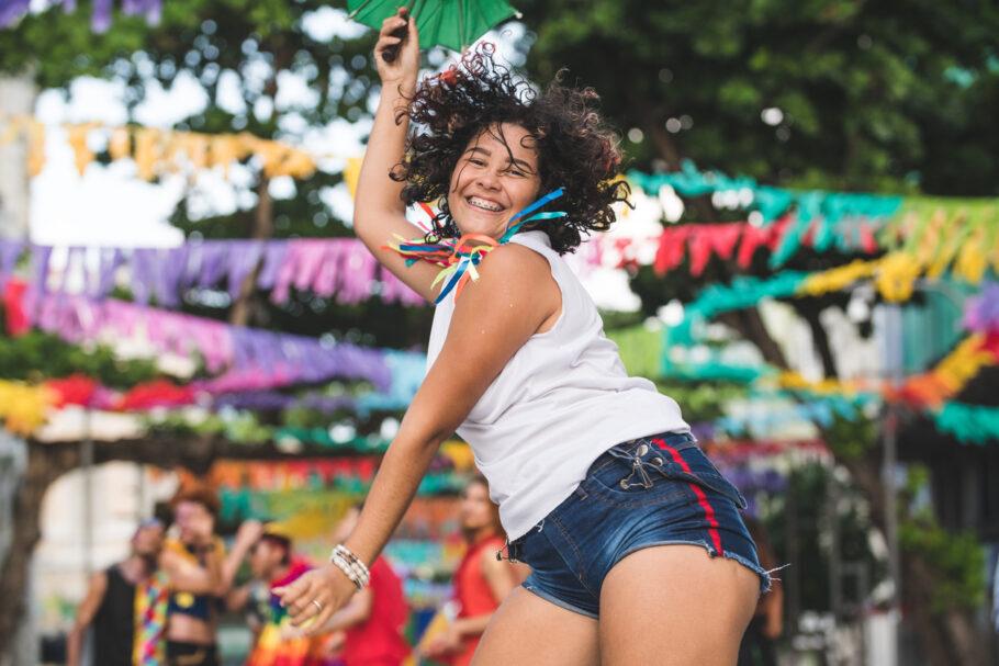 mulher pulando o carnaval