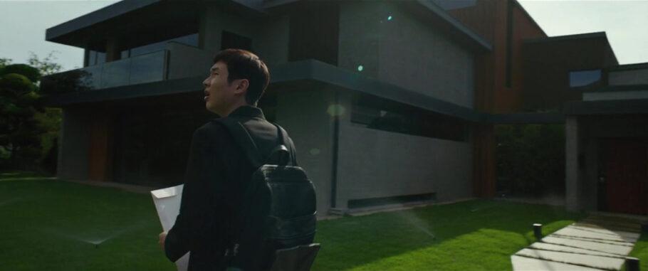 cena do filme Parasita, com a casa ao fundo