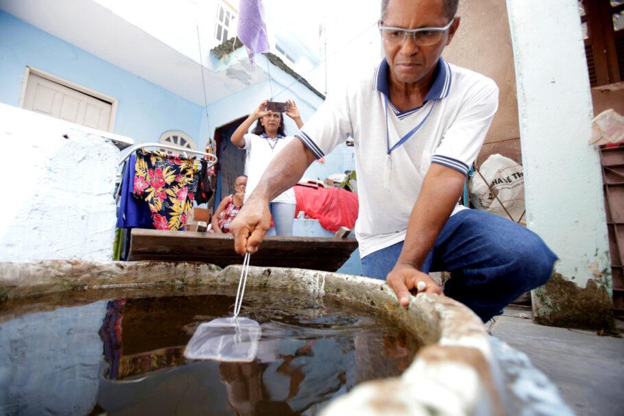homem limpando água
