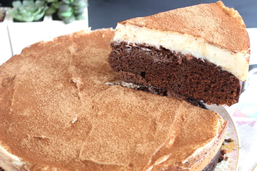 Bolo de chocolate com cobertura de leite em pó