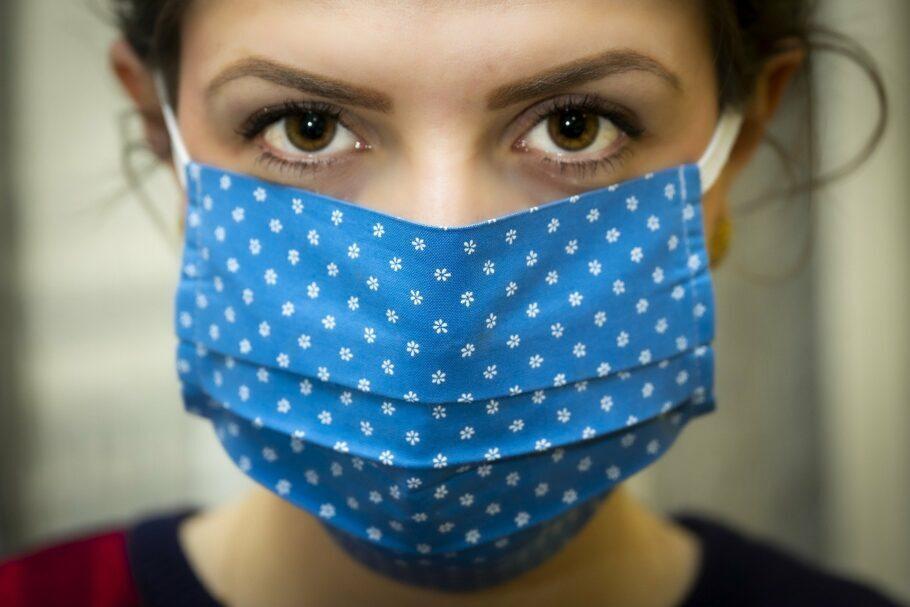 mulher usando máscara caseira azul