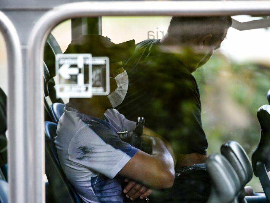 passageiro usando máscara no ônibus