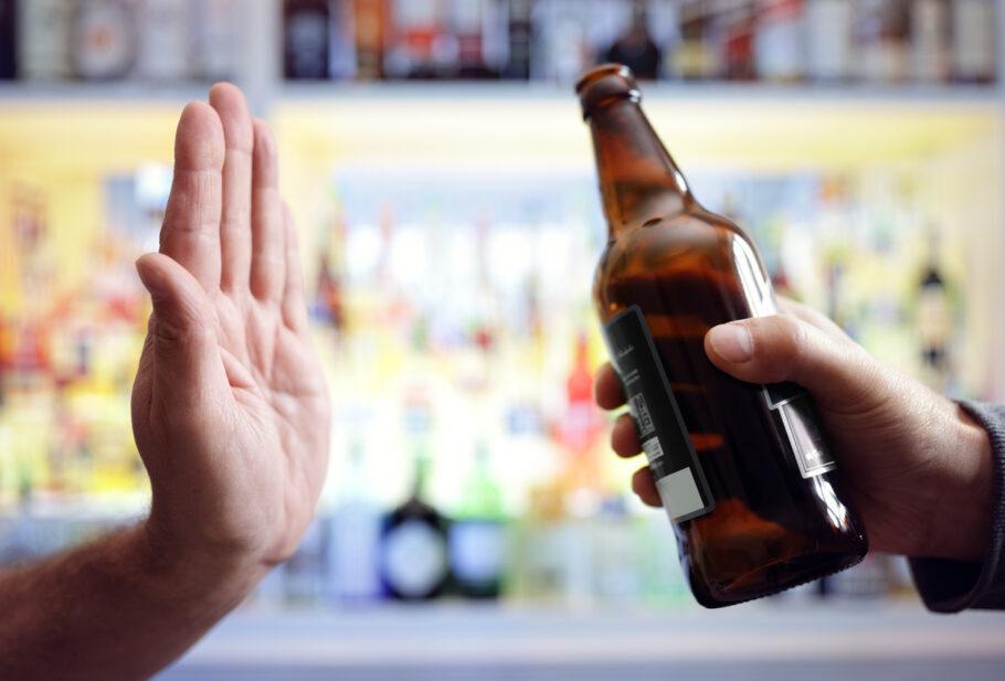 pessoa recusando cerveja