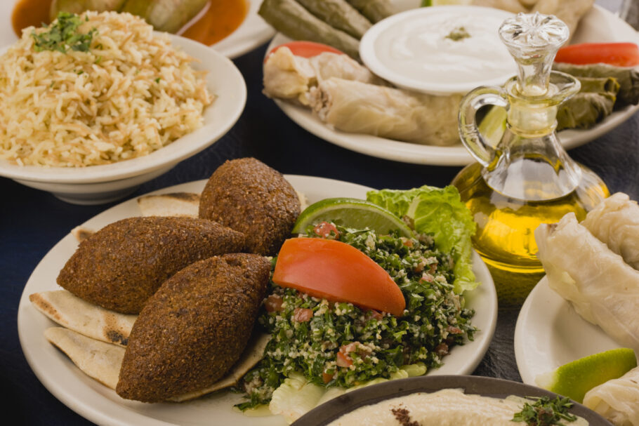 pratos de comida árabe
