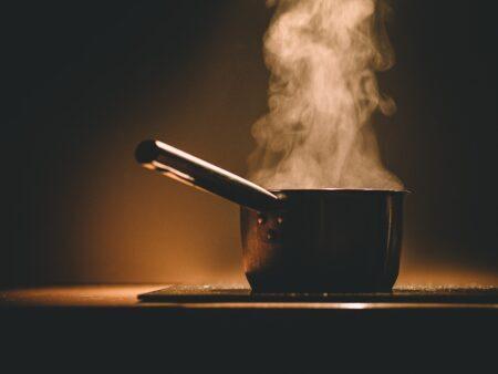 Cuide de seu corpo e de quem ama ao cozinhar em casa