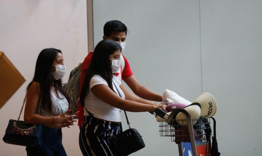 pessoas usando máscaras de proteção no aeroporto