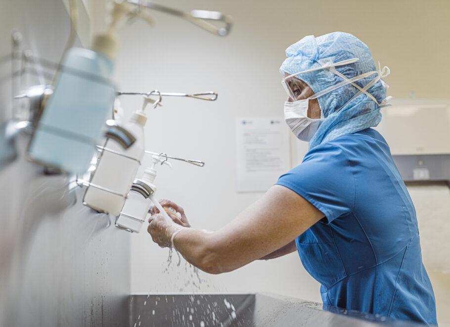 enfermeira lavando as mãos