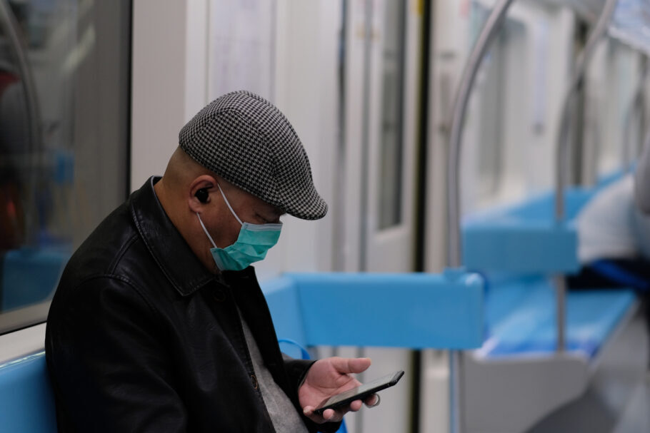 idoso no metrô com máscara