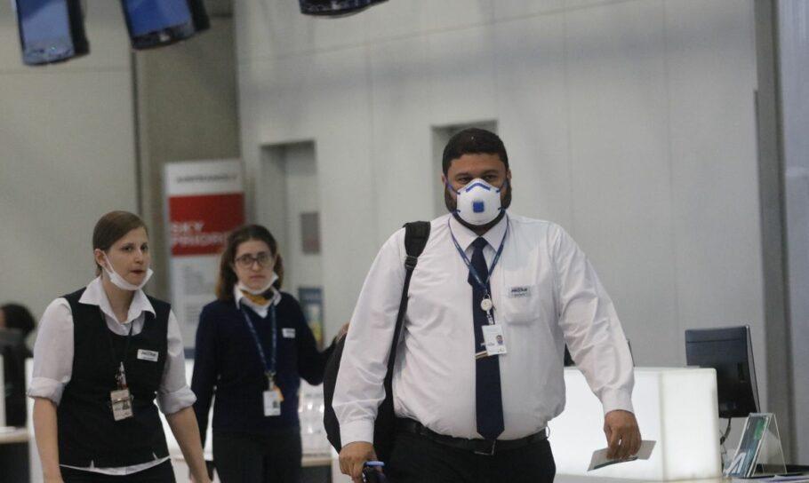 pessoas no aeroporto de máscaras