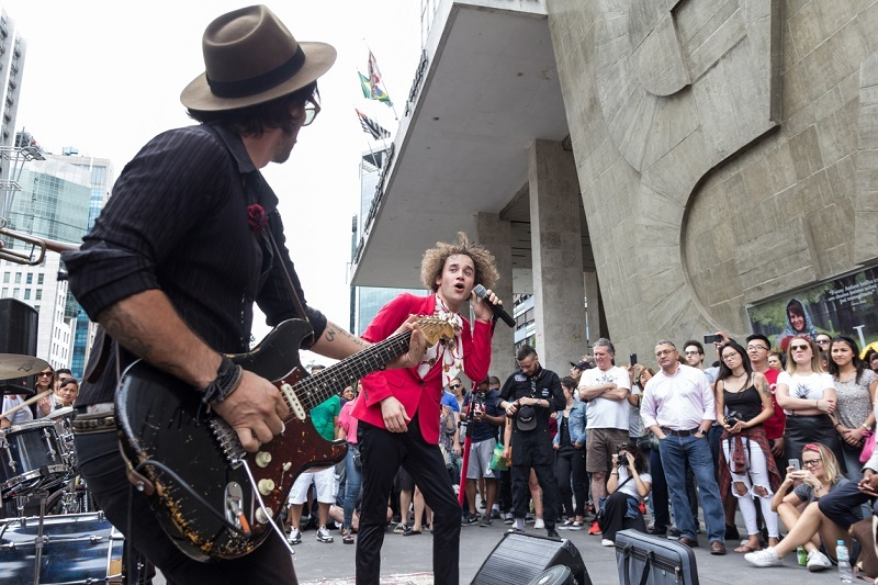 Sao Paulo, Brazil - November, 26 2017. Sunday at Paulista Avenue (Avenida Paulista), business and financial street downtown. Musical group presents on the sidewalk.