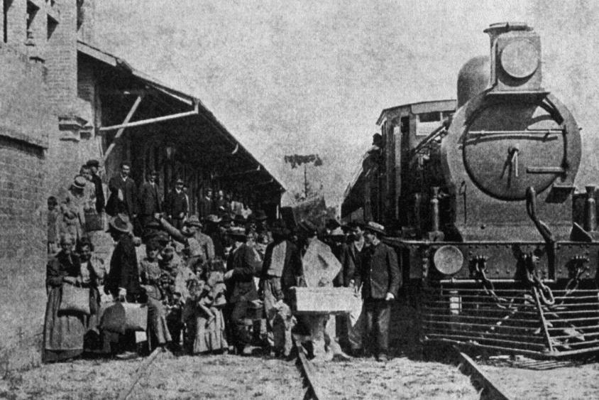 Desembarque de imigrantes na estação da Hospedaria de Imigrantes do Brás acervo online museu da imigração