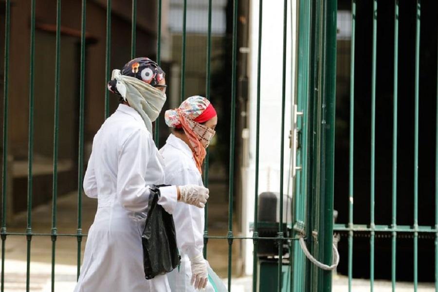 mulheres com panos amarrados no rosto